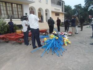 Ville de Kananga : grâce à l'action de plaidoyer du RRSSJ, la population participe activement à l'assainissement  de son milieu, avec du matériel offert par le Gouverneur de province [Photo RRSSJ]